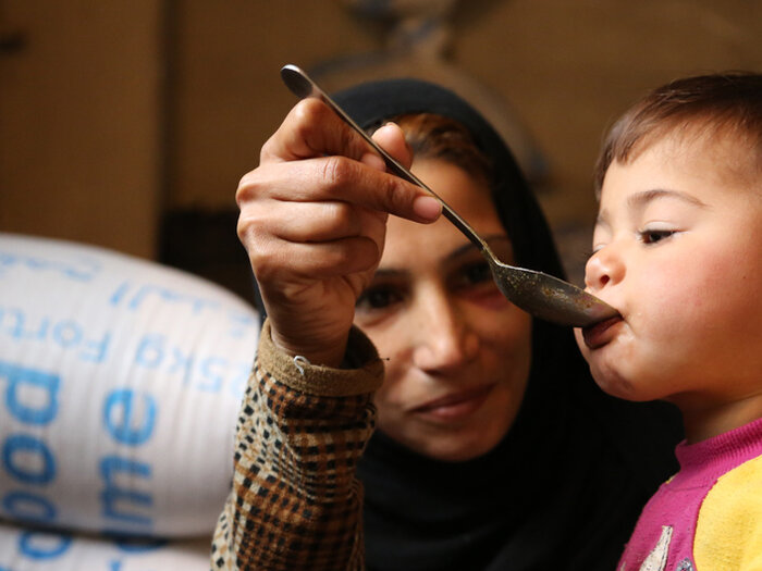 madre siria alimenta a su bebé