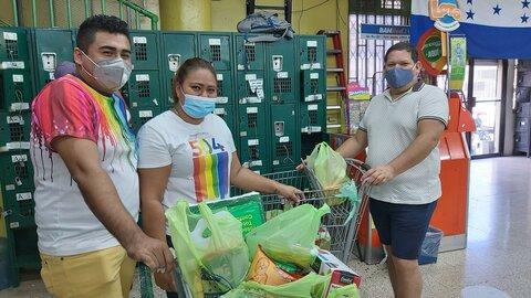 Grupos de Personas LGBTI reciben tarjetas para comprar alimentos en Honduras