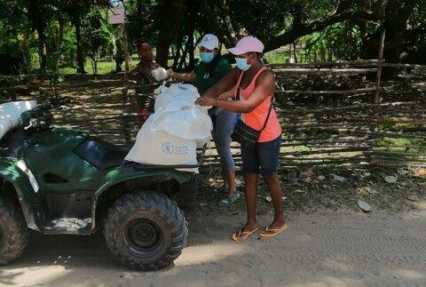 Maestras hondureñas entregan alimentos a estudiantes a domicilio