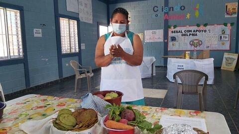 Voluntaria ayuda a combatir la malnutrición en Honduras