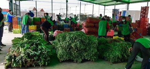 Rescatan alimentos descartados en el mercado para alimentar a miles de personas